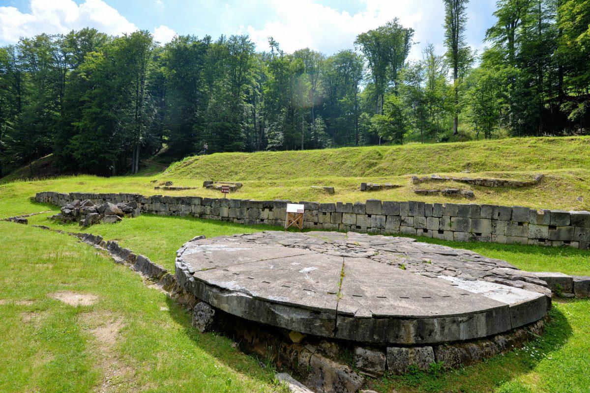 Mit dieser gewaltigen Sonnenuhr konnten die Daker in ihrer Hauptstadt Sarmizegetusa Regia vor zweitausend Jahren die Zeit messen, Rumänien - © FRASHO / franks-travelbox