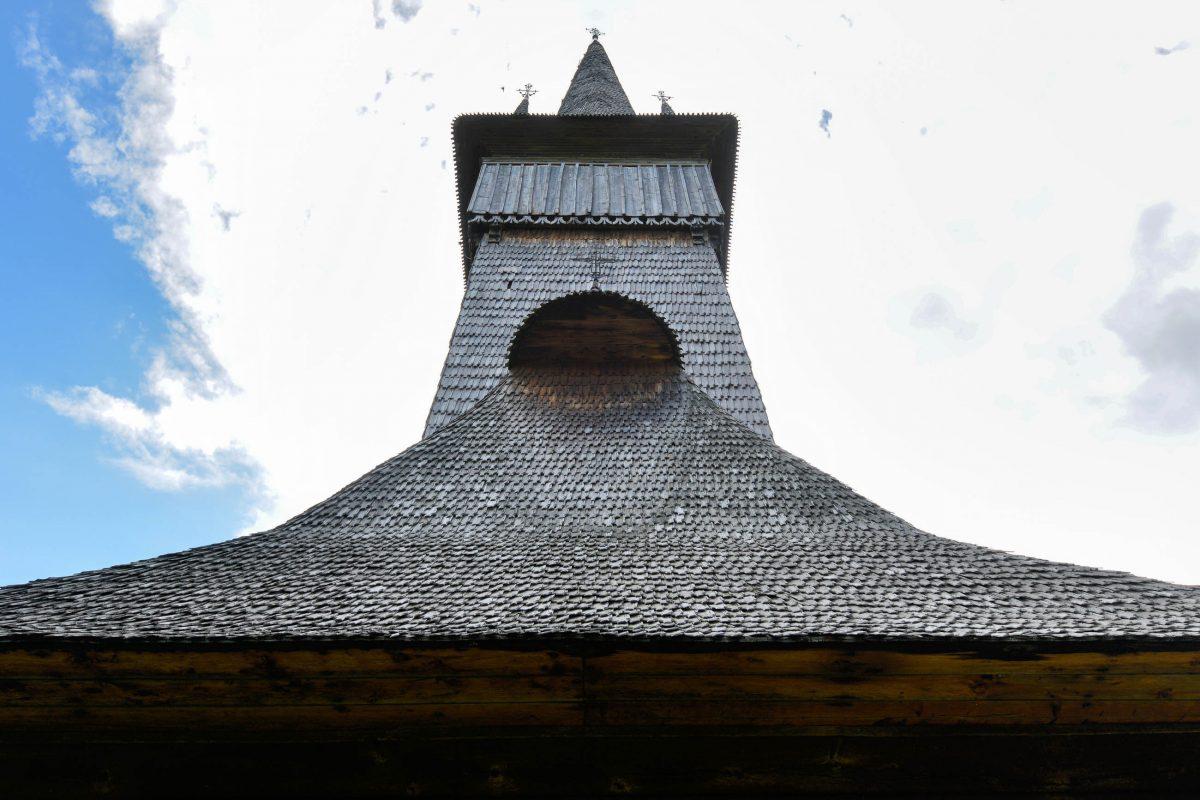 Der 47m hohe Turm fügt sich mit perfekt ausgewogenen Proportionen harmonisch in das Gesamtbild der Holzkirche von Plopis ein, Rumänien - © FRASHO / franks-travelbox