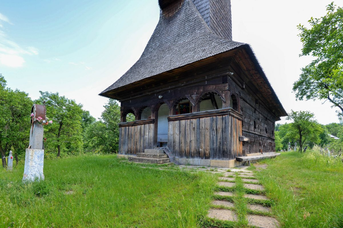 Die Holzkirche in Plopis wurde ab dem Jahr 1798 rein aus Eichenholz errichtet und am 12. November 1811 eingeweiht, Rumänien - © FRASHO / franks-travelbox