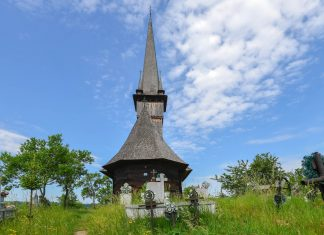Die kleine Holzkirche von Plopis imponiert mit den ausgewogenen Maßen 47, 17 und 7 vor allem durch ihre wunderbare Harmonie, Rumänien - © FRASHO / franks-travelbox