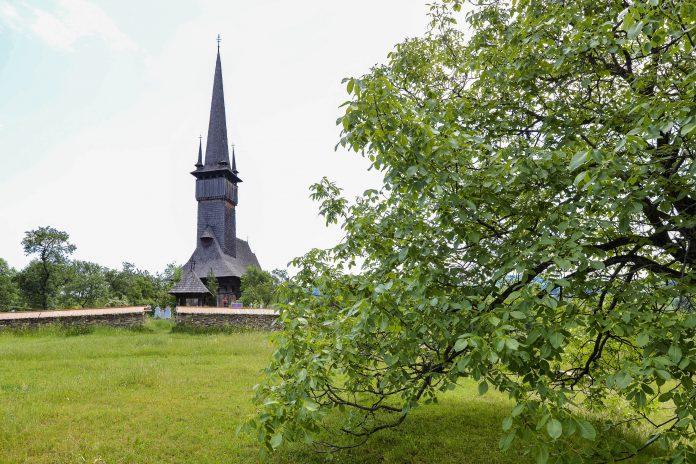 Die schmucke Holzkirche von Plopis im Norden Rumäniens zählt als eine der acht Holzkirchen der Maramureș zum UNESCO-Weltkulturerbe - © FRASHO / franks-travelbox