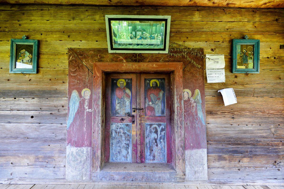 Bereits der Schmuck an der Eingangstür zur Holzkirche von Poienile Izei lässt auf die Malerei-Künste in ihrem Inneren schließen, Rumänien - © FRASHO / franks-travelbox