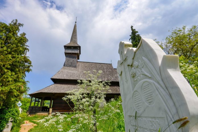 Die Holzkirche in der schmucken Ortschaft Poienile Izei ist eine der interessantesten und besterhaltenen Holzkirchen Rumäniens - © FRASHO / franks-travelbox