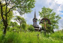 """Die Holzkirche von Poienile Izei wurde von 1604 bis 1632 """"aus hundert Jahre alten Baumstämmen"""" errichtet, Rumänien - © FRASHO / franks-travelbox"""