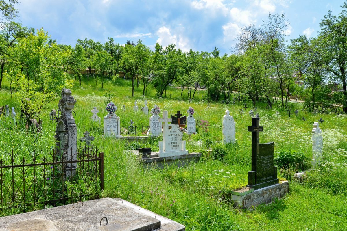 In der Umgebung der Holzkirche von Poienile Izei sorgen zahlreiche geschmückte Kreuze eines kleinen Friedhofs für eine malerische Szenerie, Rumänien - © FRASHO / franks-travelbox