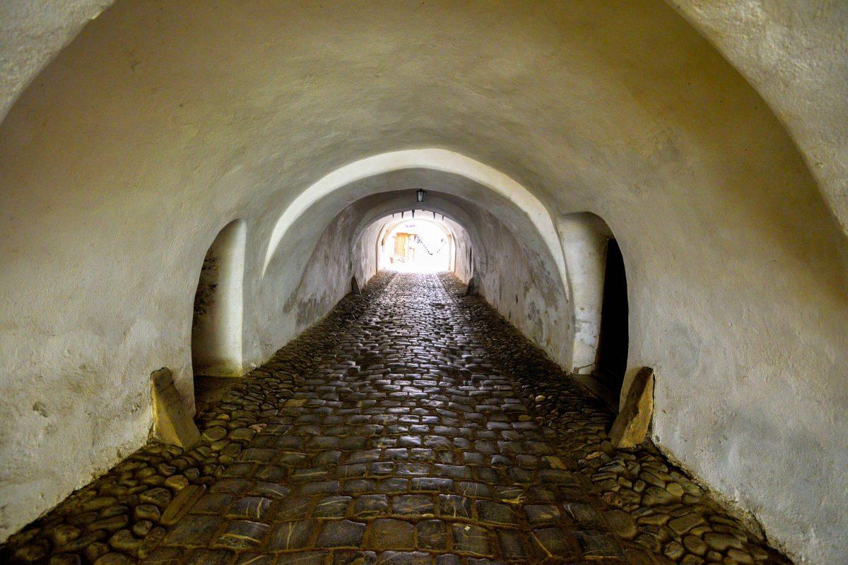 Die Kirchenburg von Prejmer kann durch einen 32m langen Gang betreten werden, Rumänien - © FRASHO / franks-travelbox