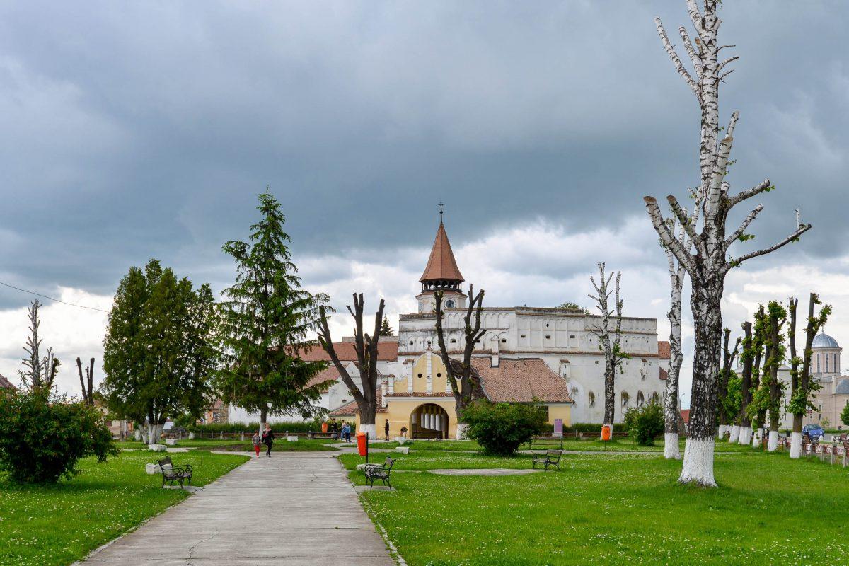 Schon von weitem bietet die gewaltige Kirchenburg von Prejmer hinter ihren mächtigen Mauern einen überwältigenden Anblick, Rumänien - © FRASHO / franks-travelbox