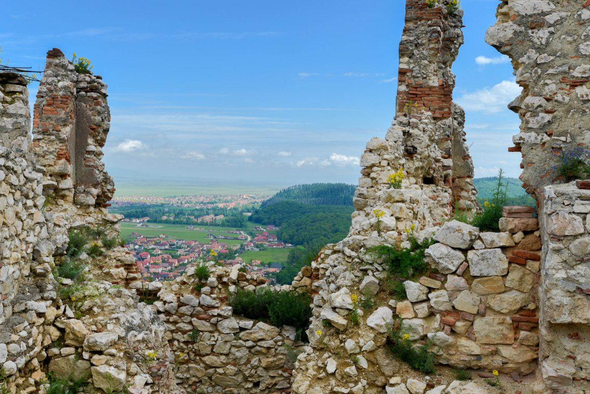 Dank der erhöhten Lage auf 150m hohen Steilwänden konnten von der Burg von Râșnov anrückende Feinde bald erspäht werden, Rumänien - © FRASHO / franks-travelbox
