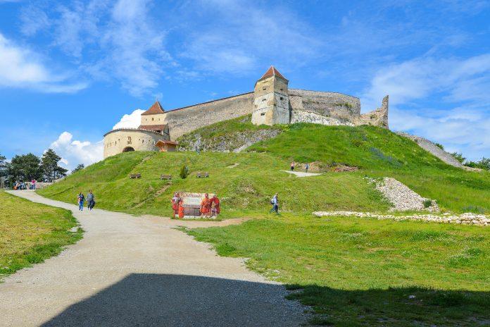 Die trutzige Burgruine von Râșnov wurde einst vom Deutschen Ritterorden errichtet und fungiert heute als denkmalgeschütztes Freilichtmuseum, Rumänien - © FRASHO / franks-travelbox