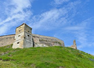 Mit ihren 5m hohen und knapp 2m dicken Mauern konnte die Burg von Râșnov nur einmal eingenommen werden, Rumänien - © FRASHO / franks-travelbox