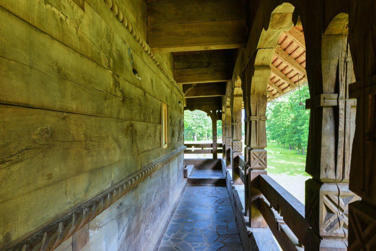 Auch bei der Holzkirche von Săpânța hielten sich die Baumeister streng an die traditionellen Vorschriften der Maramureș, Rumänien - © FRASHO / franks-travelbox
