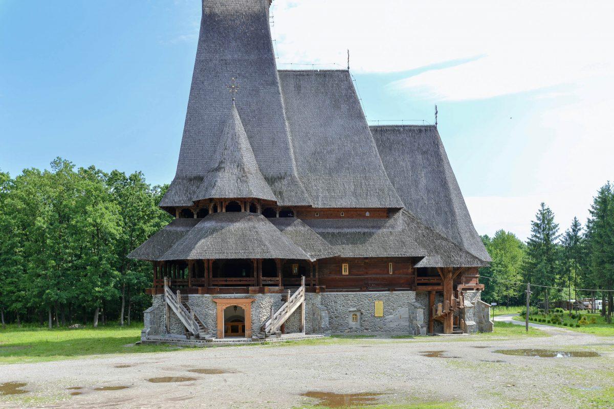Das Kloster des Erzengels Michael beeindruckt durch Größe, kann aber mit dem Flair der Kirchen des UNESCO-Welterbes nicht mithalten, Rumänien - © FRASHO / franks-travelbox