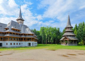 Das Klosters des Erzengels Michael in Săpânța, Rumänien, beherbergt die höchste Holzkirche der Maramureș - © FRASHO / franks-travelbox