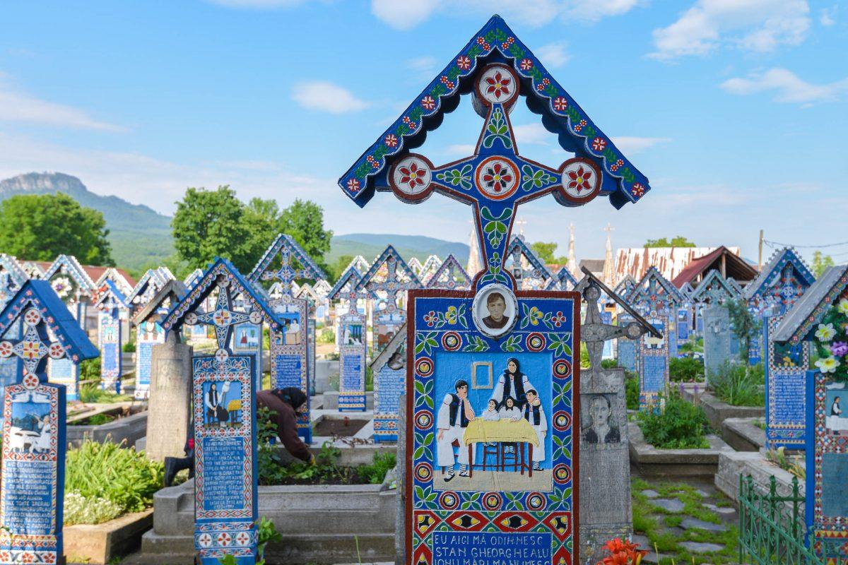 Der Fröhliche Friedhof in Săpânţa, Rumänien, ist aufgrund seiner farbenfroh bemalten Holzkreuze und den humorvoll-spöttischen Nachrufen weltweit einzigartig - © FRASHO / franks-travelbox