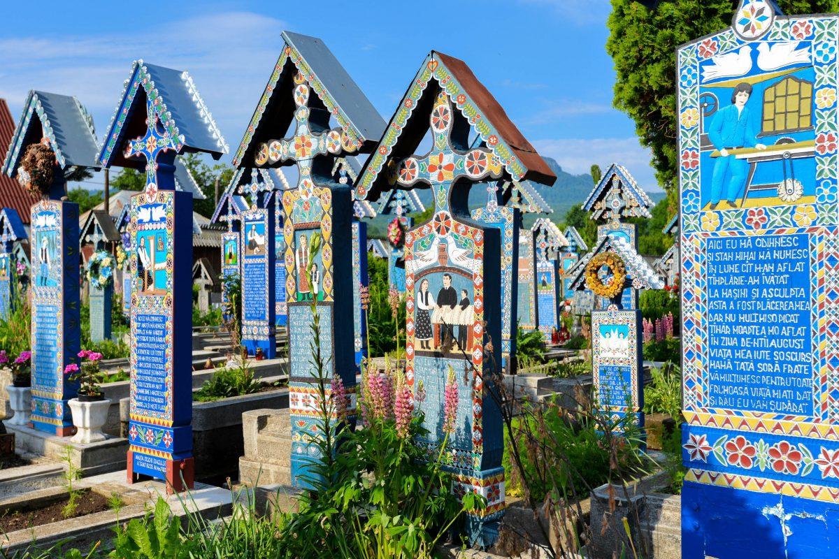 Der Fröhliche Friedhof von Săpânţa in Rumänien beherbergt an die 800 blau gestrichenen Kreuze, die alle mit einem kleinen Spitzdach geschützt sind - © FRASHO / franks-travelbox