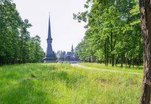 Die Holzkirche des Klosters des Erzengels Michael in Săpânța ist das weltweit höchste Bauwerk aus Eichenholz, Rumänien - © FRASHO / franks-travelbox