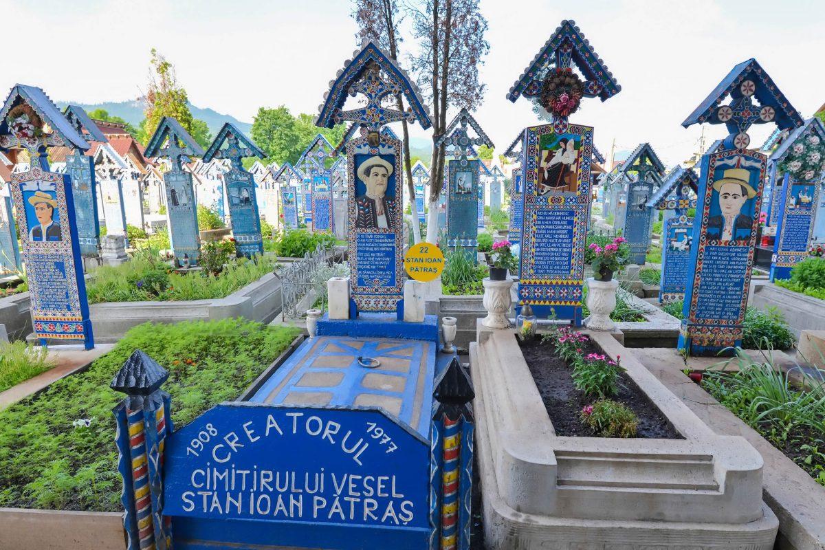 Grab des Künstlers Stan Ioan Pătraş, der 1932 die erste kunstvolle Grabinschrift am Fröhlichen Friedhof von Săpânţa für einen Verwandten schuf, Rumänien - © FRASHO / franks-travelbox