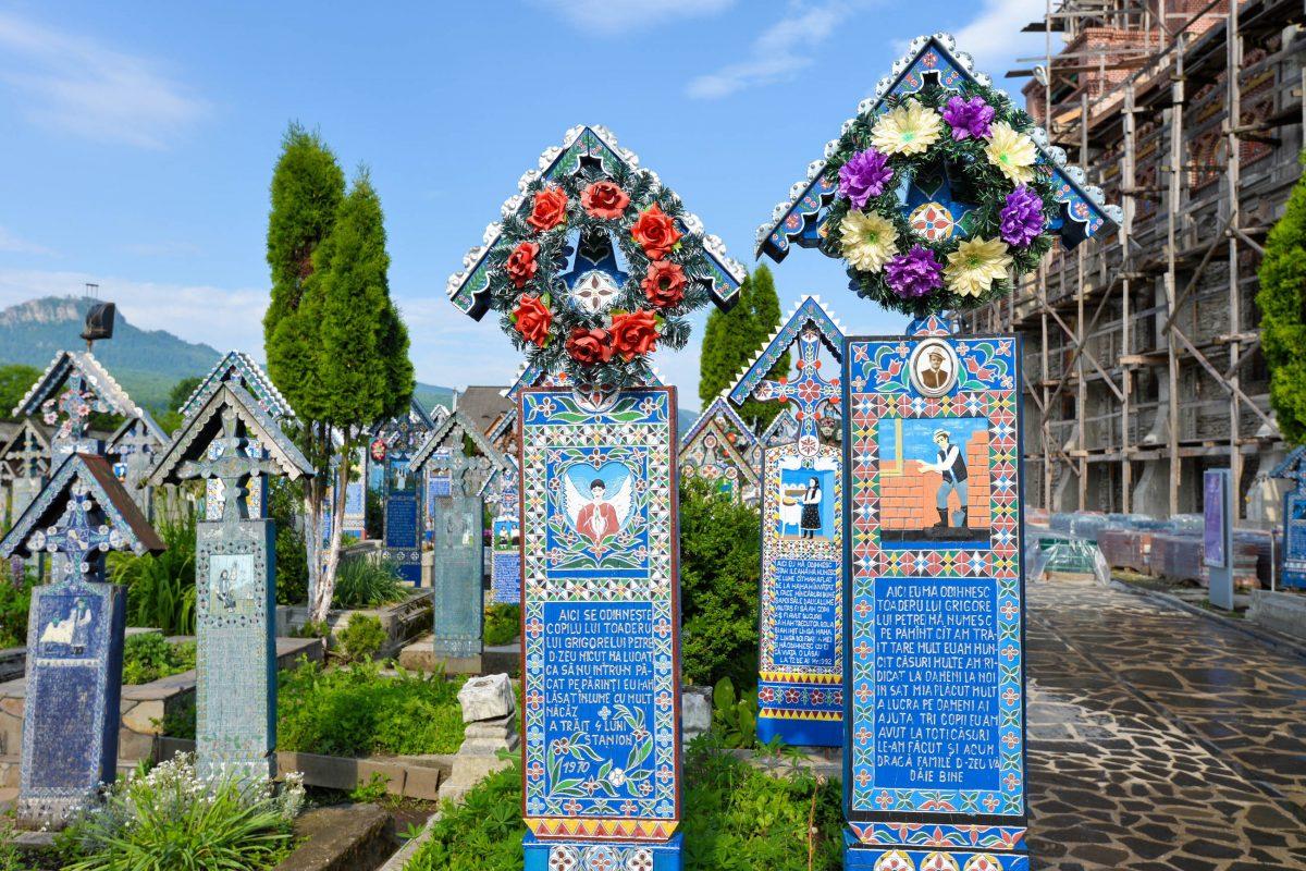 In Form von geschnitzten Texten wird am Fröhlichen Friedhof von Săpânţa das Leben des Begrabenen auf humorvolle Weise dargestellt, Rumänien - © FRASHO / franks-travelbox