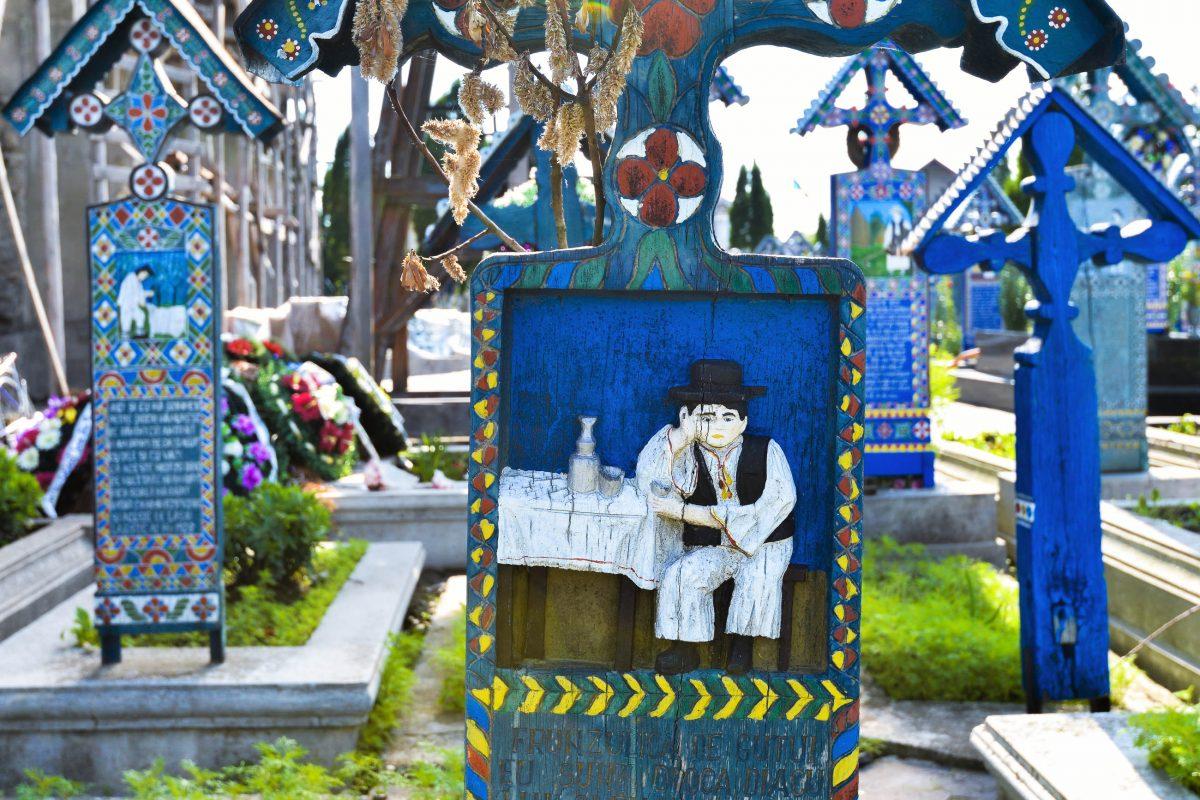 Jedes der meisterhaften Kreuze am am Fröhlichen Friedhof von Săpânţa ist zu hundert Prozent handgefertigt und absolut einzigartig, Rumänien - © FRASHO / franks-travelbox