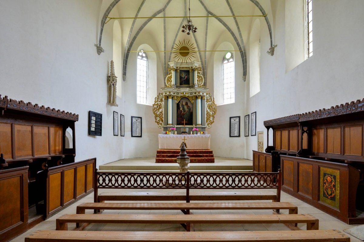 Das eher schlichte Innere der Kirchenburg von Saschiz ziert ein hübscher österreichischer Barockaltar aus dem Jahr 1735, Rumänien - © FRASHO / franks-travelbox