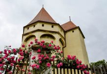Die Kirchenburg in Saschiz aus dem späten 15. Jahrhundert verlieh dem Ort einen Eintrag in der UNESCO-Weltkulturerbeliste, Rumänien - © FRASHO / franks-travelbox