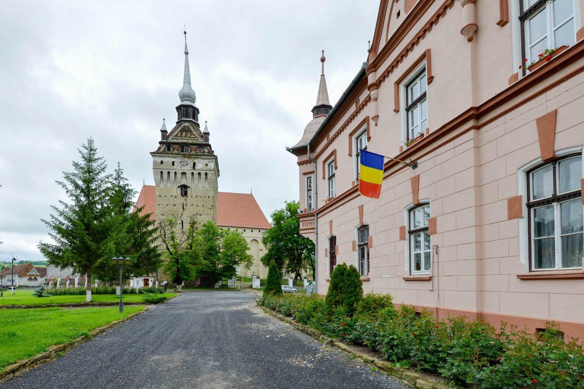 Von der Ringmauer der Wehrkirche von Saschiz ist heute nur der Nordturm erhalten geblieben, der 1677 zum Glockenturm ausgebaut wurde, Rumänien - © FRASHO / franks-travelbox