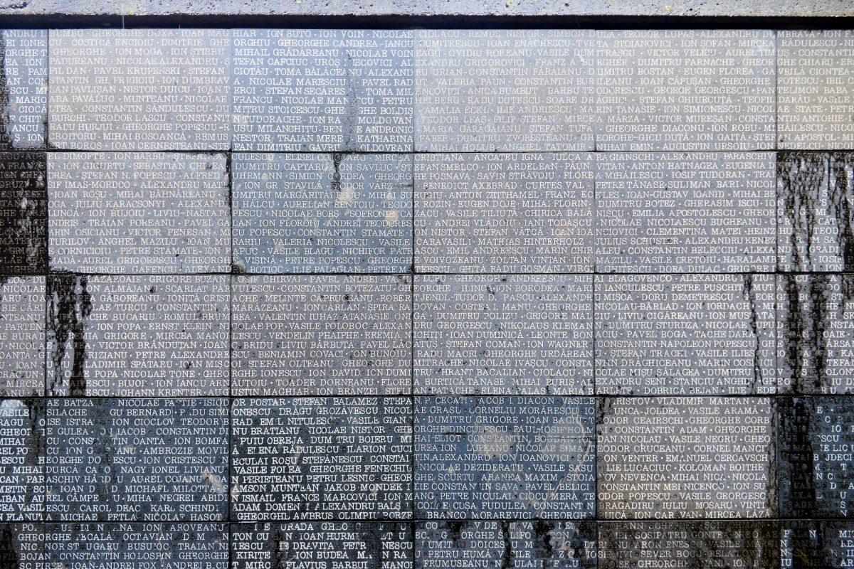 An den Wänden der Rampe zur unterirdischen Gedenkstätte am Sighet Memorial sind die Namen tausender Opfer aus den Gefängnissen in Rumänien eingraviert - © FRASHO / franks-travelbox