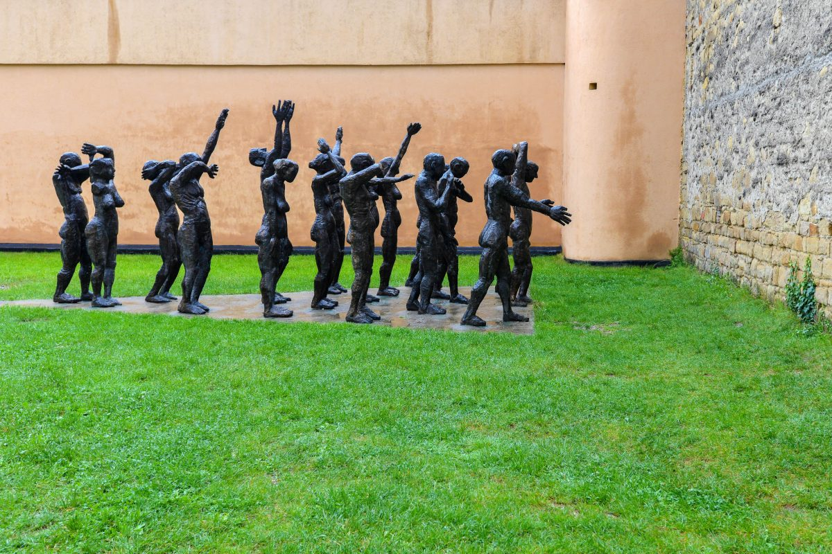 """Das Bronze-Denkmal """"Der Opferzug"""" im Sighet Memorial in Rumänien wurde im Jahr 1998 von Aurel Vlad geschaffen - © FRASHO / franks-travelbox"""