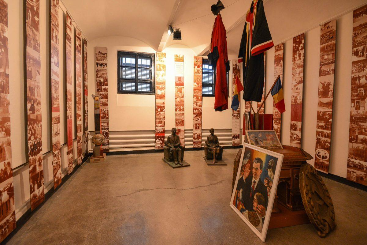 """Der Saal des Kitsch-Kommunismus im Sighet Memorial in Rumänien zeigt das """"goldene Zeitalter"""", welches Rumänien nach dem Zweiten Weltkrieg vorgegaukelt wurde - © FRASHO / franks-travelbox"""