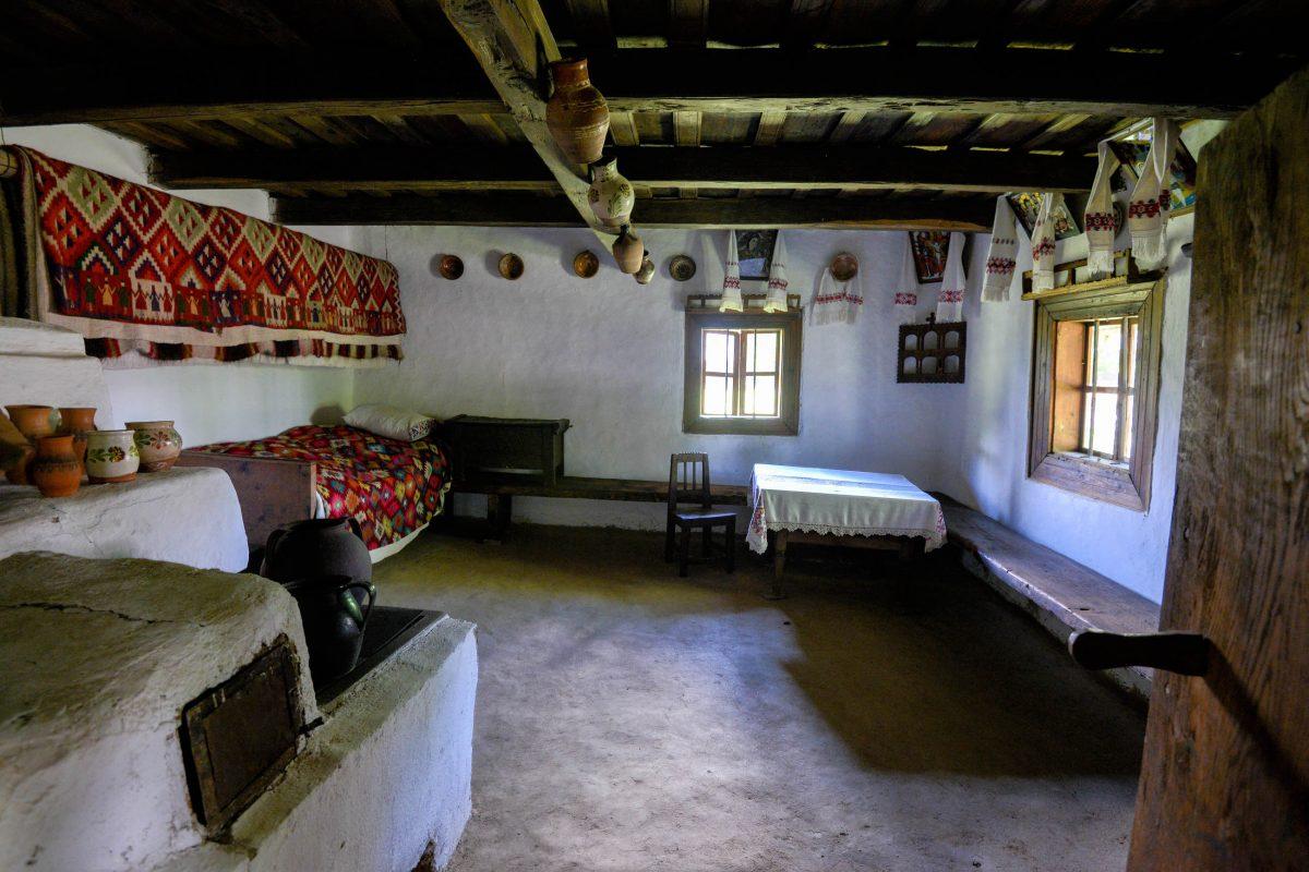 Die historische Höfe im Freilichtmuseum von Sighetu Marmatiei sind mit Vorratskammern, Wohnzimmer, Küchen und Schlafräume vollständig eingerichtet, Rumänien - © FRASHO / franks-travelbox