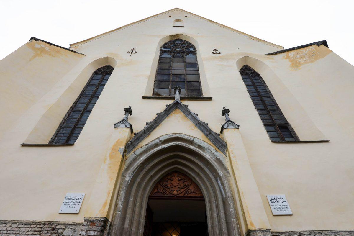 Die Klosterkirche von Sighisoara stammt aus dem 13. Jahrhundert und ist mit 33 handgeknüpften Orientteppichen ausgestattet, Rumänien - © FRASHO / franks-travelbox