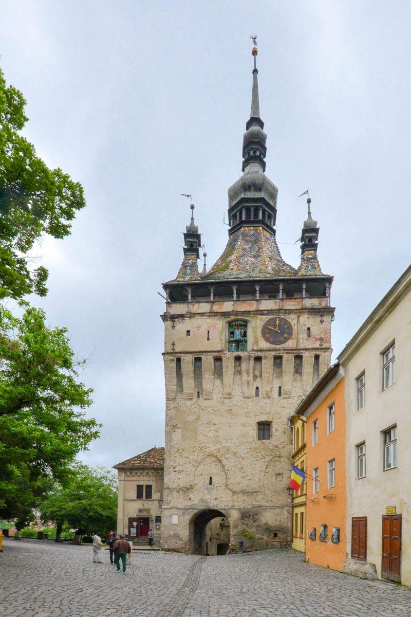 Wahrzeichen und beliebtestes Fotomotiv in der Altstadt von Sighisoara ist der eindrucksvolle Stundturm aus dem späten 14. Jahrhundert, Rumänien - © FRASHO / franks-travelbox