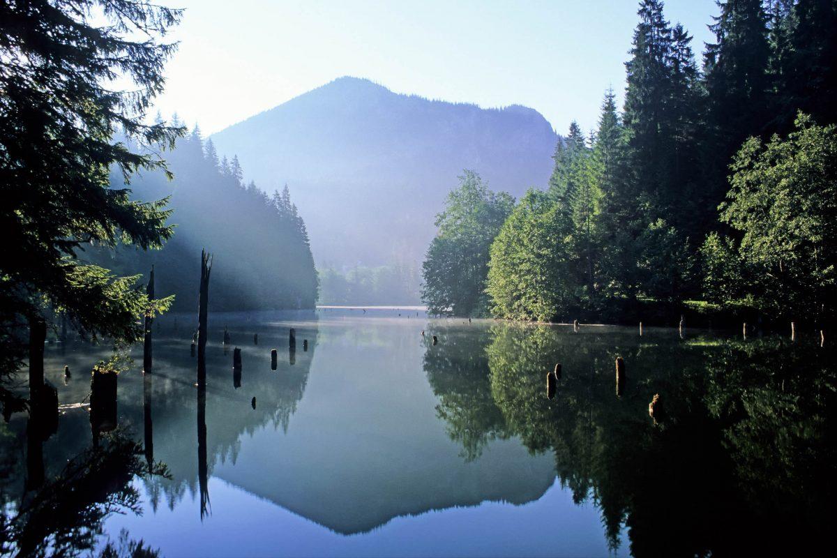 Sowohl die spektakuläre Bicaz Klamm als auch der einzigartige Lacul Roşu (Roter See) gehören mit ihrem fantastischen Landschaftsbild zu den sehenswertesten Touristenzielen in Rumänien - © Baciu / Shutterstock