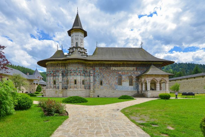 Auf dem Kloster von Sucevița prangen die am besten erhaltenen Außenfresken der berühmten Moldau-Klöster in der Bukowina, Rumänien - © FRASHO / franks-travelbox