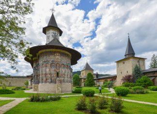 Die prachtvolle Klosterkirche von Sucevița ist aufgrund ihrer erstaunlich gut erhaltenen Fresken UNESCO-Weltkulturerbe und eines der wichtigsten Touristenziele Rumäniens - © FRASHO / franks-travelbox