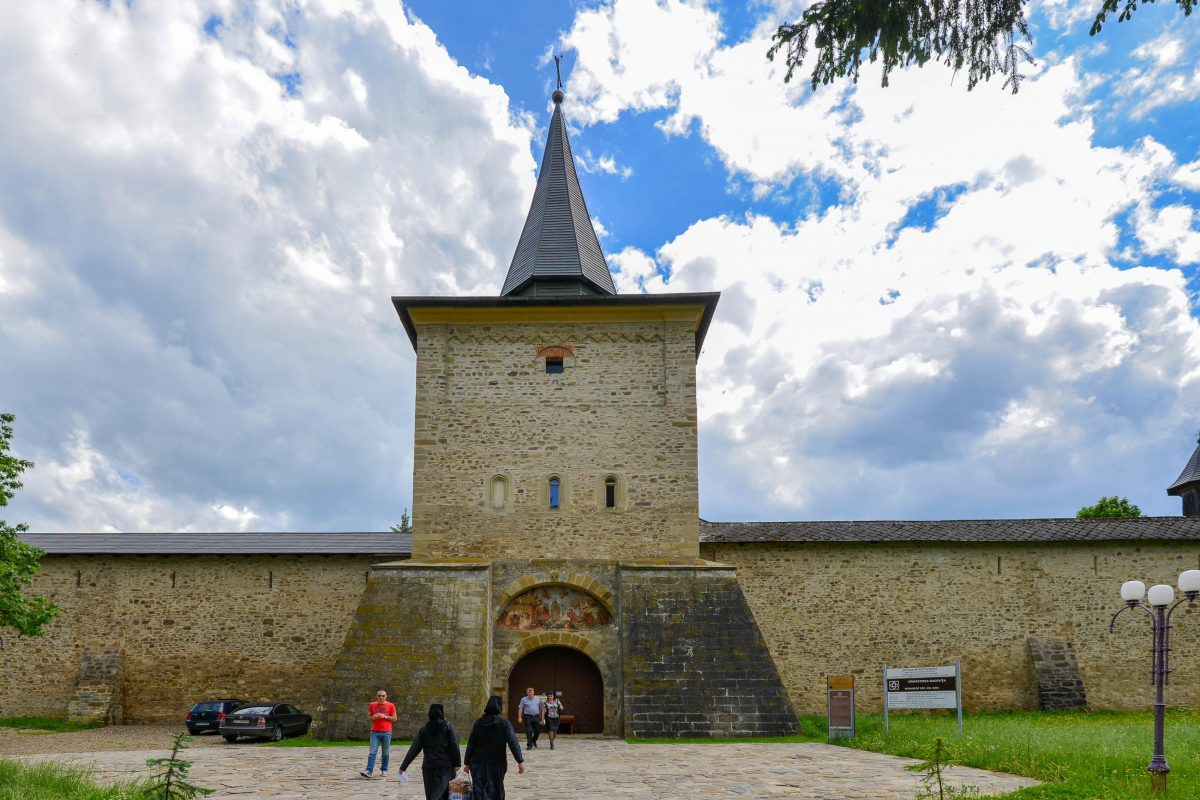 Ein Jahr nach Fertigstellung des Klosters von Sucevița kamen die imposanten Wehrmauern und die vier Ecktürme rund um die Kirche hinzu, Rumänien - © FRASHO / franks-travelbox