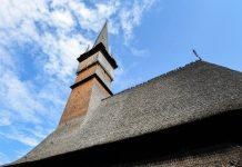 """Die Holzkirche von Șurdești in Rumänien heißt eigentlich """"Kirche der heiligen Erzengel Michael und Gabriel"""" und stammt aus dem 18. Jahrhundert - © FRASHO / franks-travelbox"""