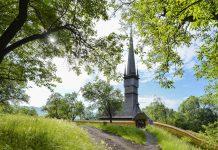 Die Holzkirche von Șurdești in Rumänien zählt zu den berühmten Maramures-Kirchen und ist das höchste Eichenholz-Bauwerk der Welt - © FRASHO / franks-travelbox