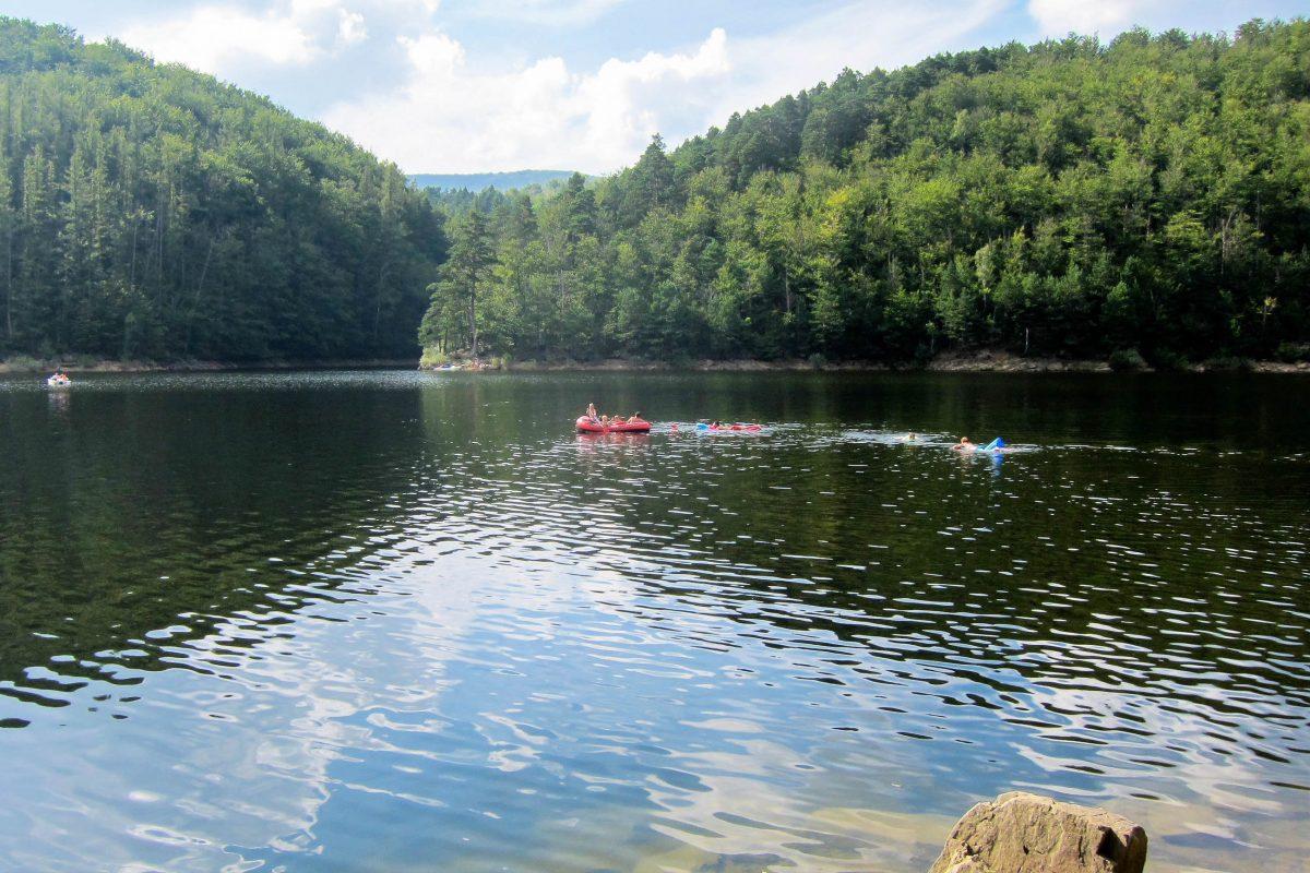Der Lacul Văliug wurde im Jahr 1909 als Stausee des Flusses Bârzava angelegt und erreicht heute eine Größe von über 12 Hektar - © FRASHO / franks-travelbox