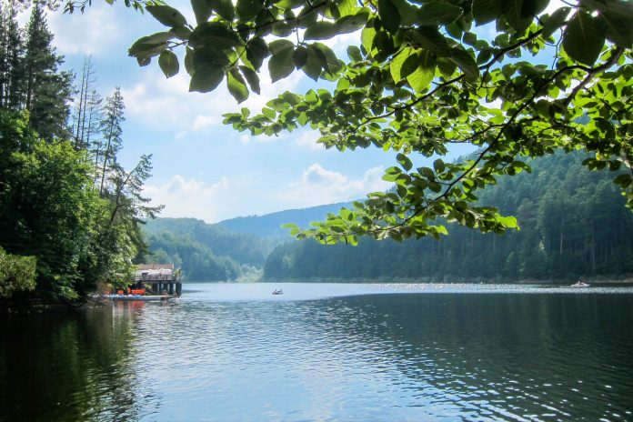 Der Stausee Lacul Văliug im westlichen Rumänien wurde in den letzten Jahrzehnten zu einer nennenswerten Touristendestination - © FRASHO / franks-travelbox