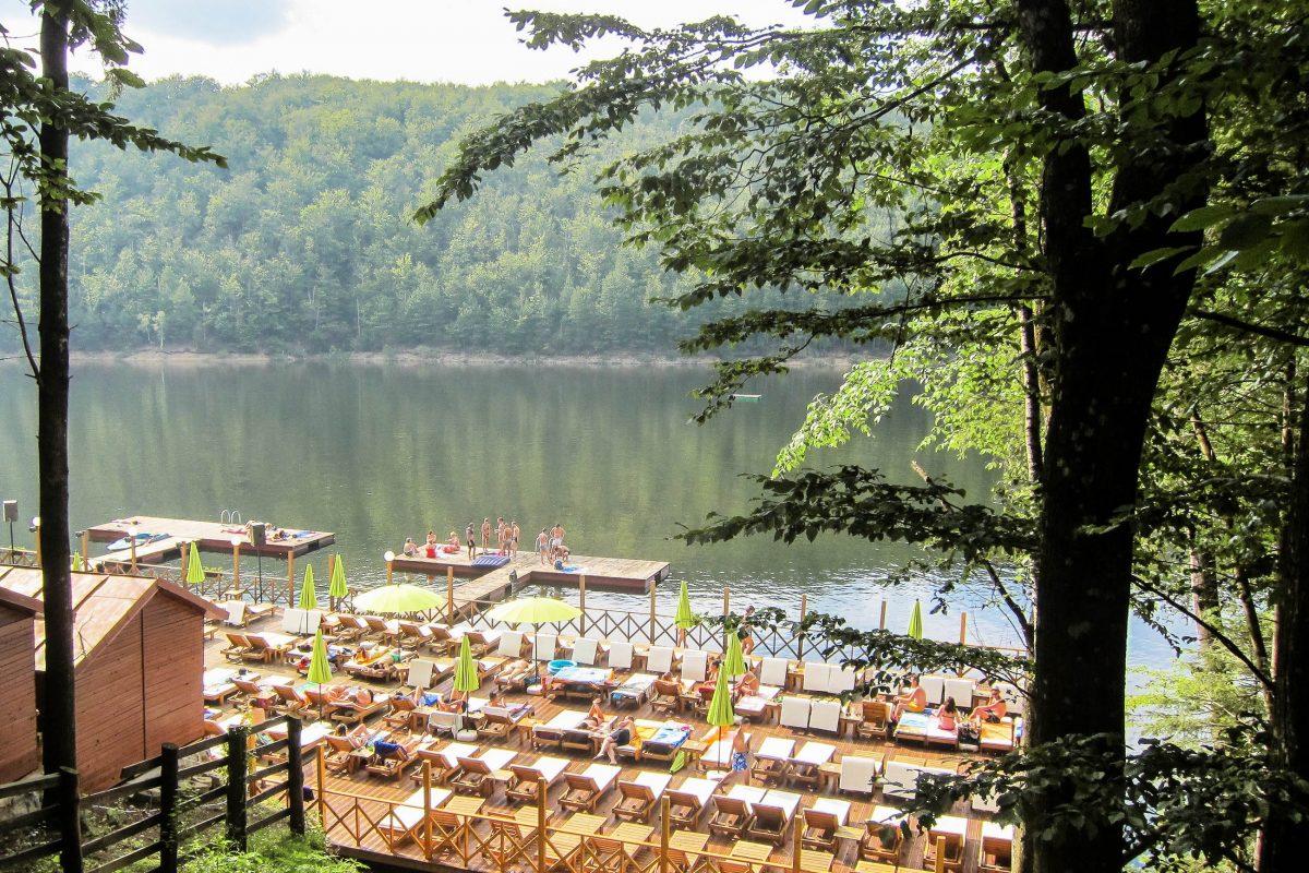Zusätzlich zu Pensionen und Restaurants entstanden auch mehrere Freibäder am Ufer des idyllischen Lacul Valiug im Westen Rumäniens - © FRASHO / franks-travelbox