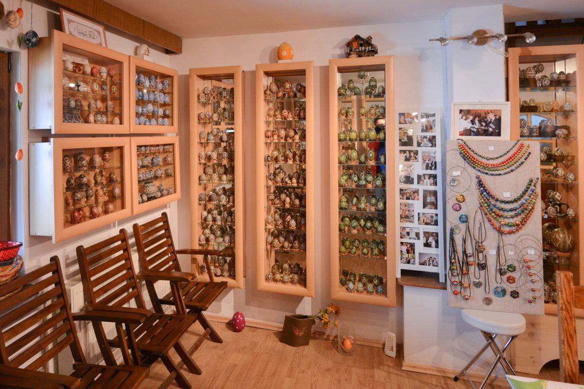 In 22 Glaskästen thronen im Ei-Museum in Vama, Rumänien, Eier aus der Bukowina und aus aller Welt, die von zahlreichen Ausstellungen mitgebracht wurden - © FRASHO / franks-travelbox