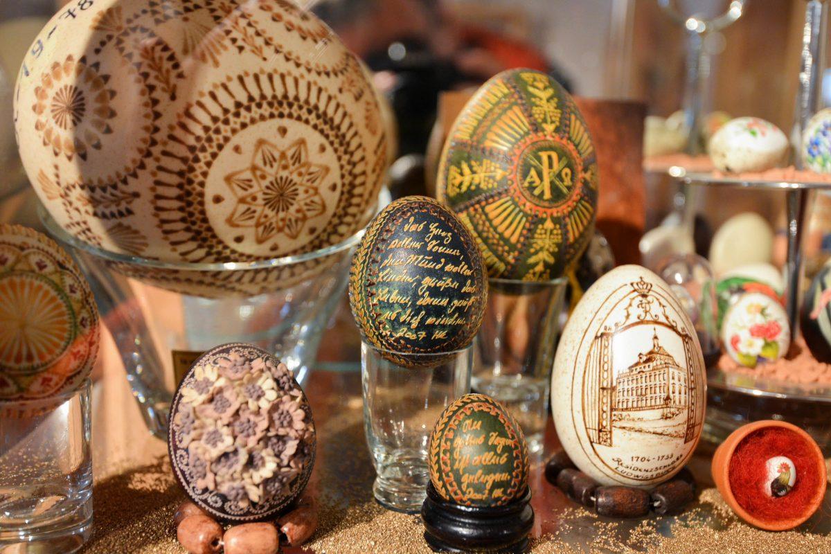 Mit Hilfe verschiedenster Materialien wurden die Eier im Ei-Museum in Vama, in fantastische Kunstwerke verwandelt, Rumänien - © FRASHO / franks-travelbox