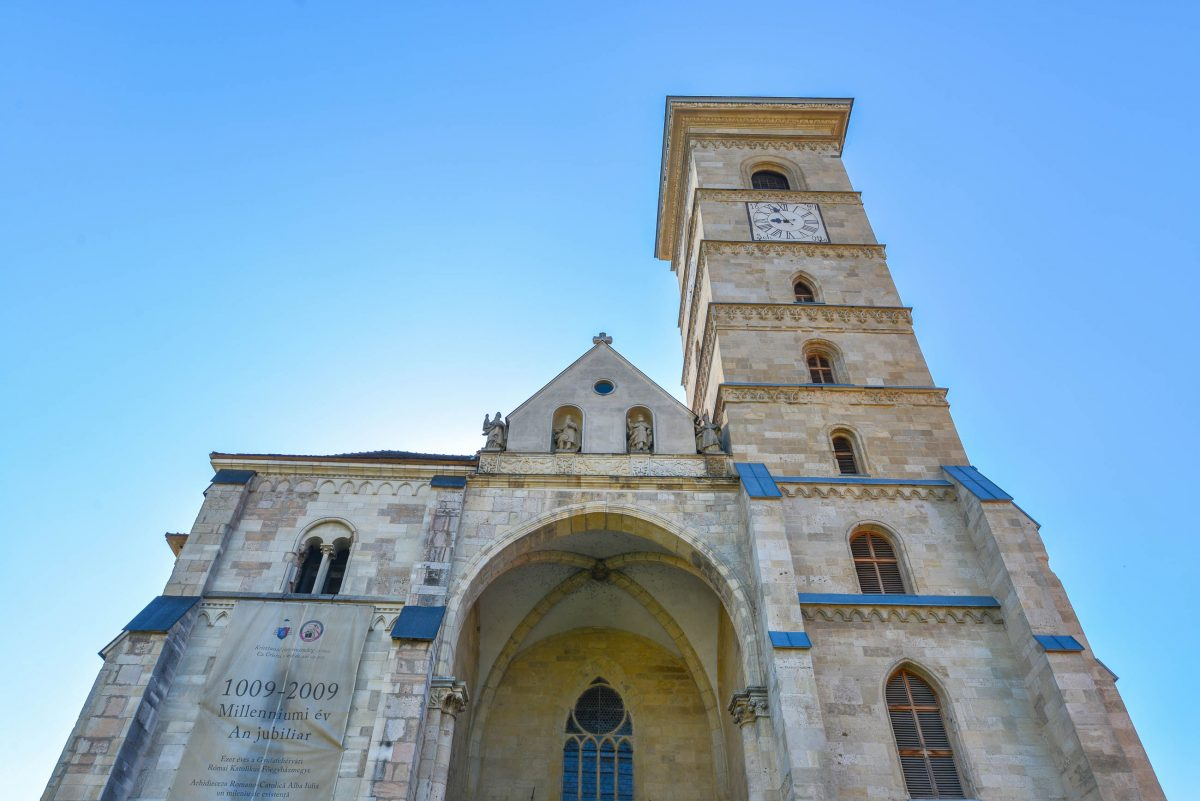 Von den augenscheinlich zwei geplanten Türmen der katholischen Kirche von Alba Iulia, Rumänien, wurde nur der südliche errichtet - © FRASHO / franks-travelbox