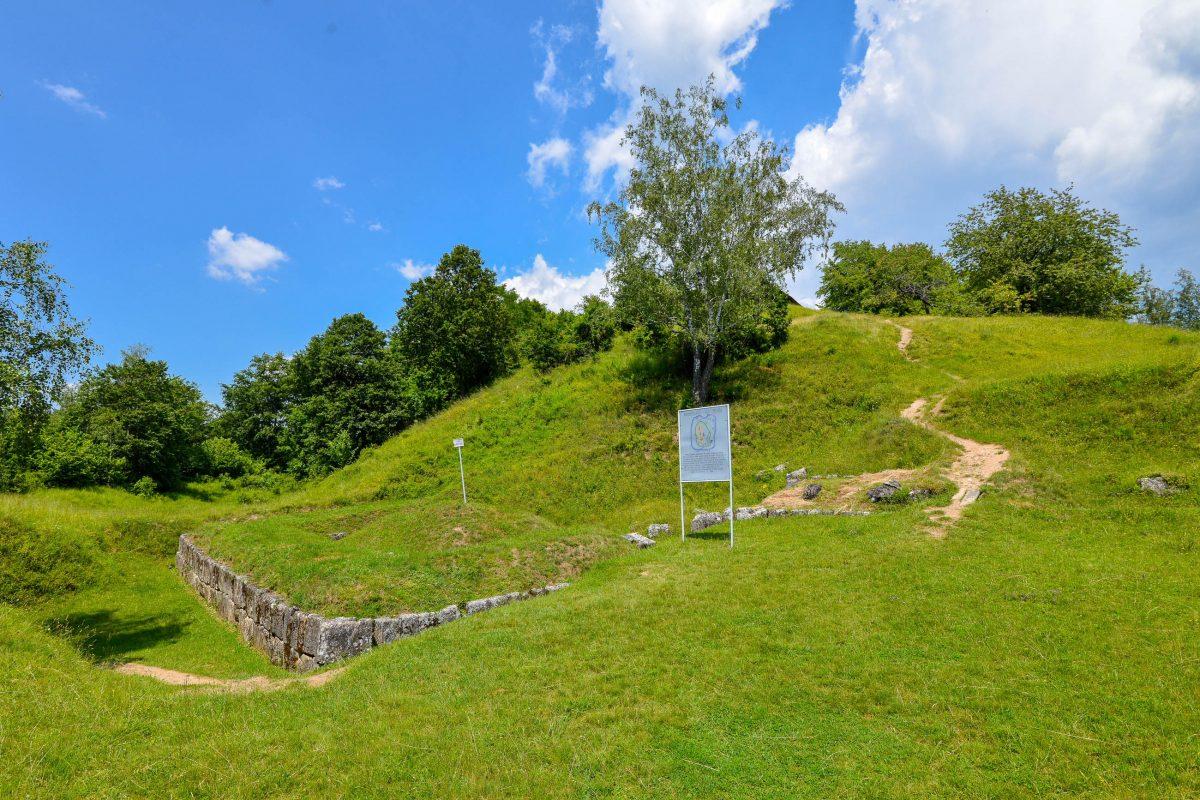 Von der einst mächtigen Festung Costești-Cetățuie sind heute nur noch einige niedrige Mauern und der hufeisenförmige Erdwall erhalten, Rumänien - © FRASHO / franks-travelbox
