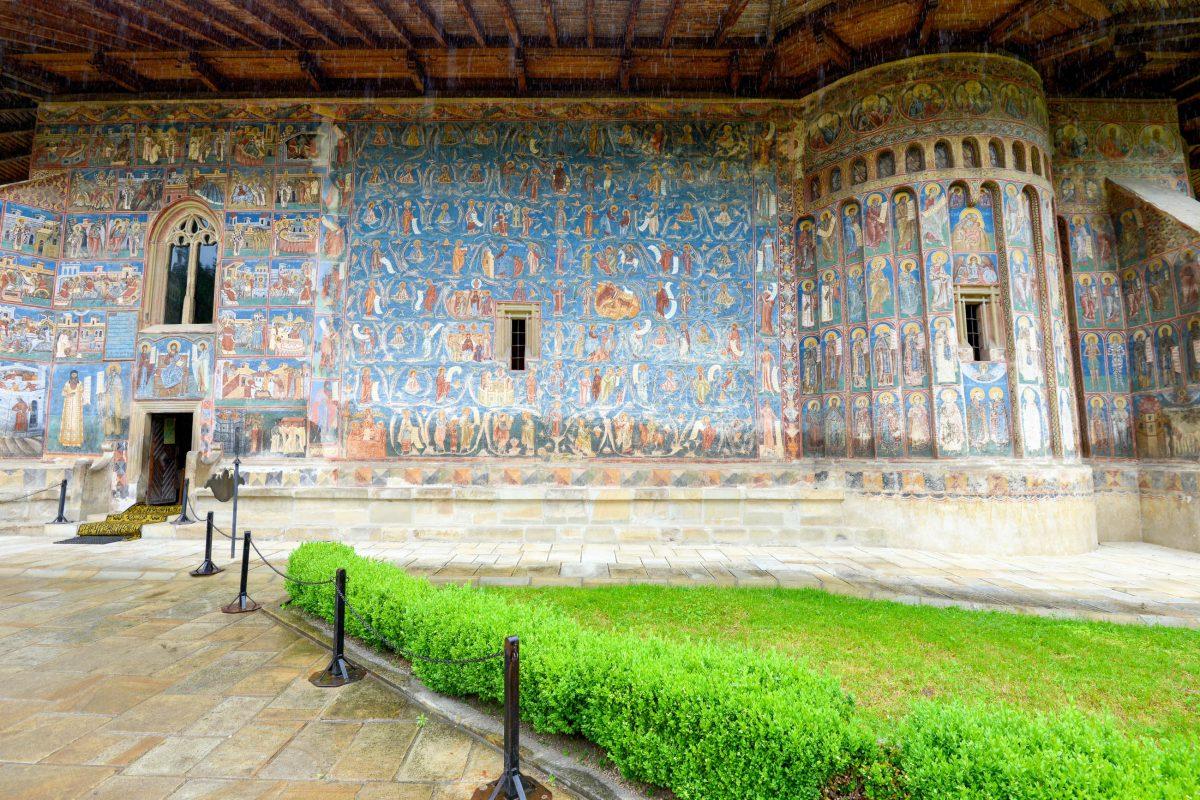 """Auf der Südseite rechts neben dem Eingang beeindruckt der farbenprächtige """"Stammbaum Jesses"""" mit dem berühmten """"Blau von Voroneț"""", Rumänien - © FRASHO / franks-travelbox"""