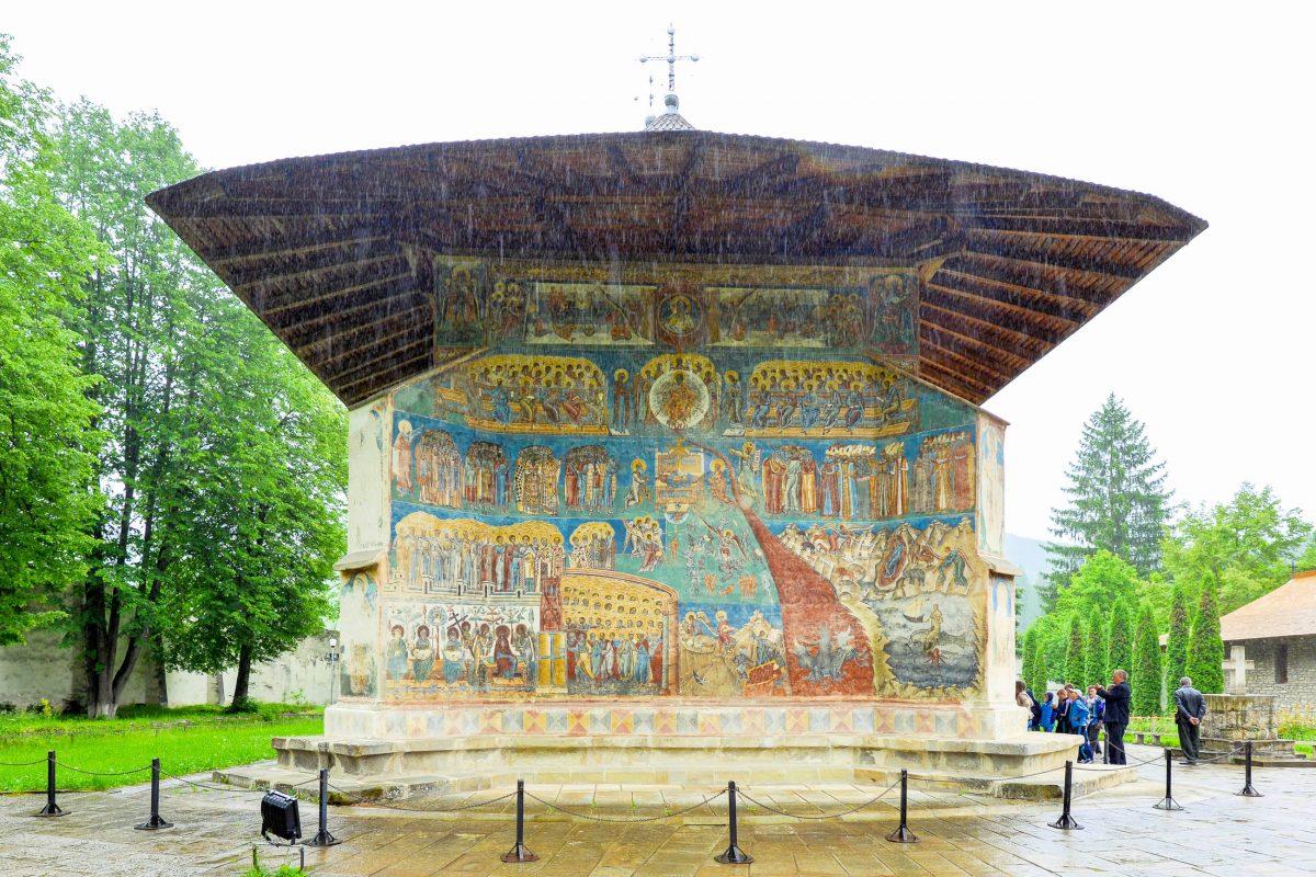 Besonders berühmt ist die Darstellung des Jüngsten Gerichts, die die gesamte West-Fassade des Voroneț-Klosters einnimmt, Rumänien - © FRASHO / franks-travelbox