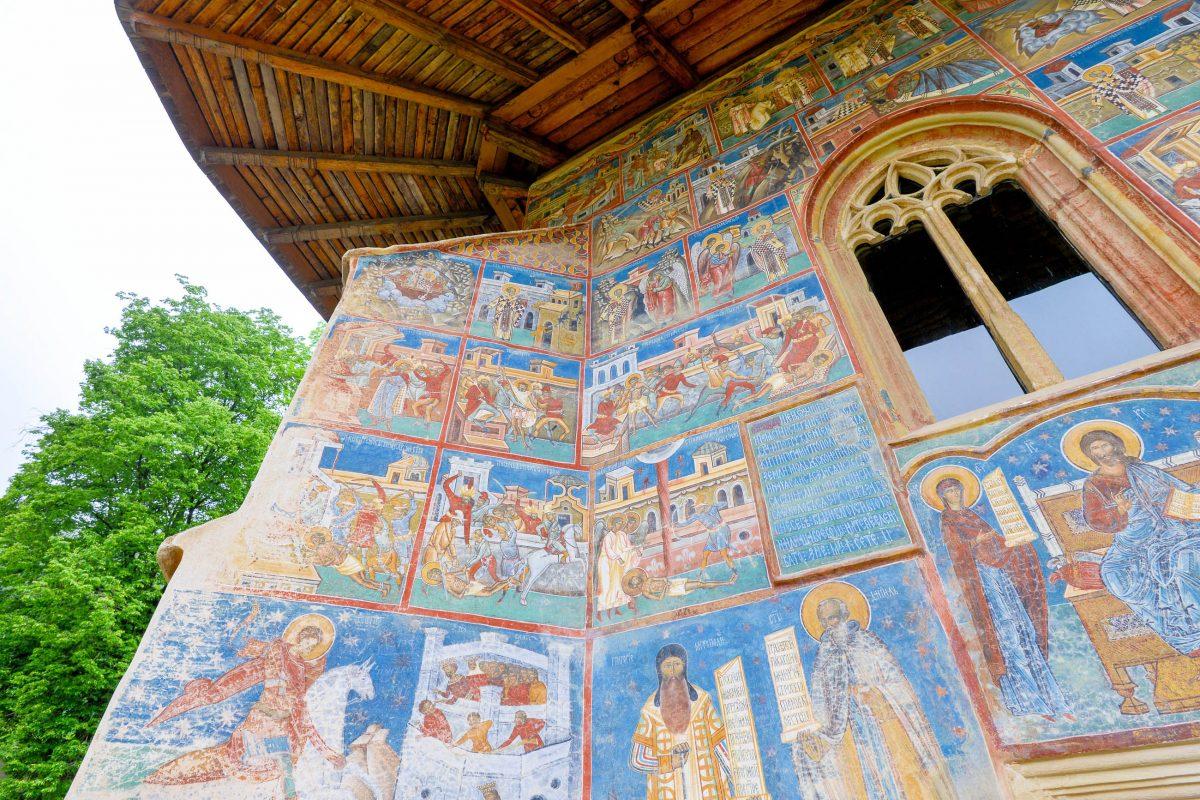 Der Bischof Grigore Roscas, der damals die Aufsicht über die Entstehung der Malereien am Kloster Voroneț über hatte, liegt heute noch im Kloster begraben, Rumänien - © FRASHO / franks-travelbox