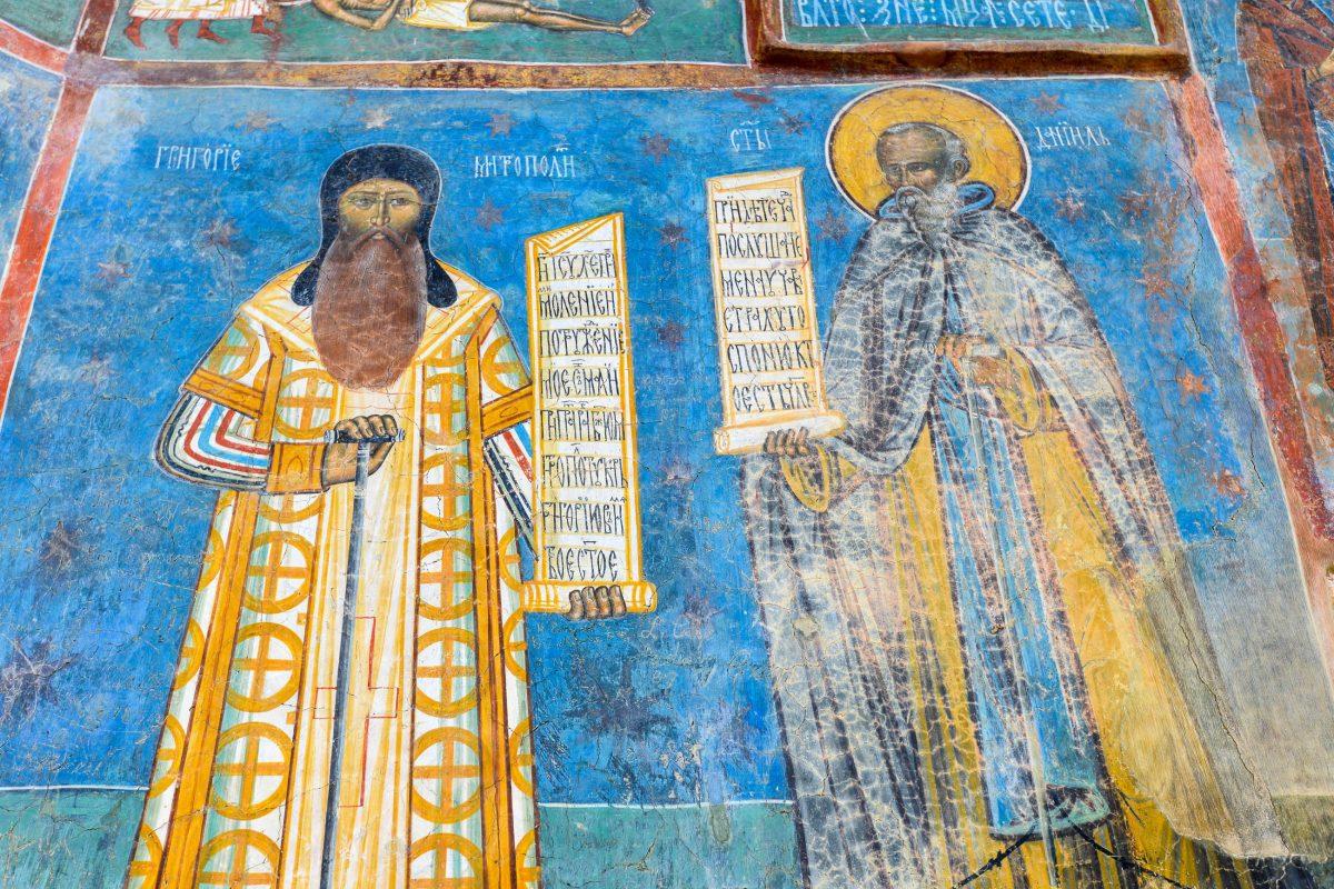 Fassaden-Malerei von Bischof Grigore Roscas und dem Einsiedler Daniil Sihastru, die bis heute im Kloster Voroneț begraben liegen, Rumänien - © FRASHO / franks-travelbox