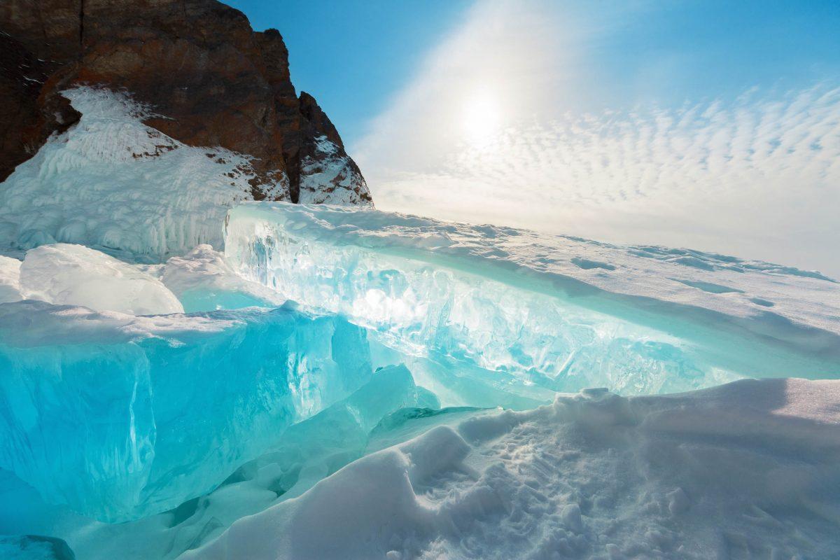 Das glasklare Wasser des Baikalsees gefriert im Winter zur Gänze zu einer spektakulären Wunderwelt aus blankem Eis, Russland - © Albina Tiplyashina / Shutterstock